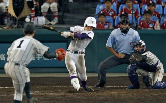鶴岡東―関東第一 11回裏関東第一2死一、三塁、平川が右前にサヨナラ打を放つ。投手池田、捕手大井(17日、甲子園)=共同