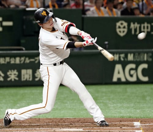 1回巨人1死、坂本勇が左中間に先制本塁打を放つ(17日、東京ドーム)=共同