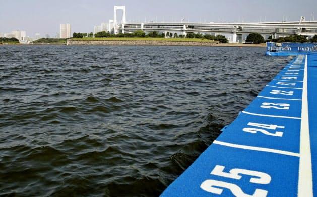 パラトライアスロンW杯のスイムコース。水質悪化で中止となり、ランとバイクのデュアスロンに変更された(17日、東京・お台場海浜公園)=共同