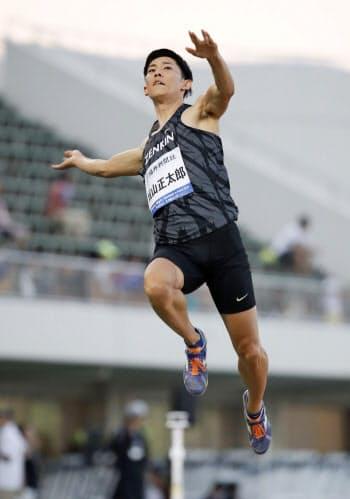 男子走り幅跳び 3回目に8メートル40をマークし、日本記録を更新した城山正太郎(17日、福井県営陸上競技場)=共同