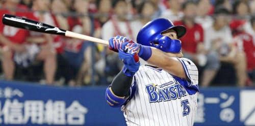 二回、筒香が右中間に通算200本塁打となる2ランを放つ=共同