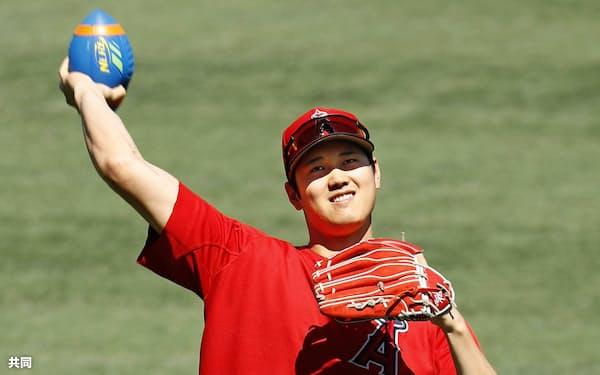 試合前、笑顔で練習するエンゼルス・大谷(17日、アナハイム)=共同