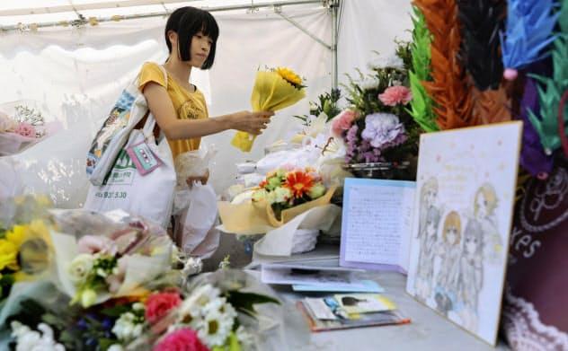 花を手向ける女性