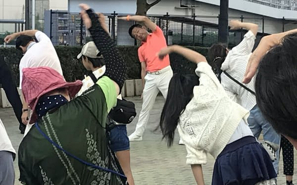 自民党の小田原氏は一年中、地元のラジオ体操に参加する(17日、東京都立川市)