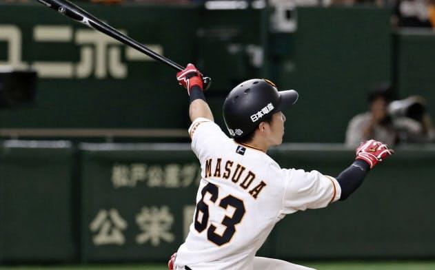 4回巨人1死一、三塁、増田大が左越えに先制の2点三塁打を放つ(18日、東京ドーム)=共同