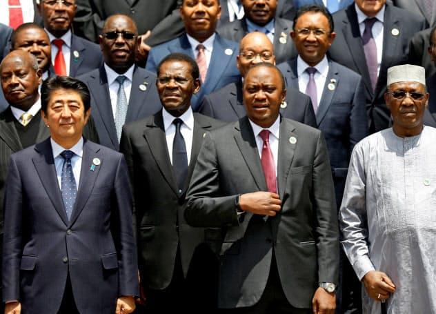 日本はAIなどデジタル技術の教育・研究をアフリカで支援したい考えだ(2016年8月の前回TICADで記念撮影する安倍晋三首相、下段左端)=ロイター