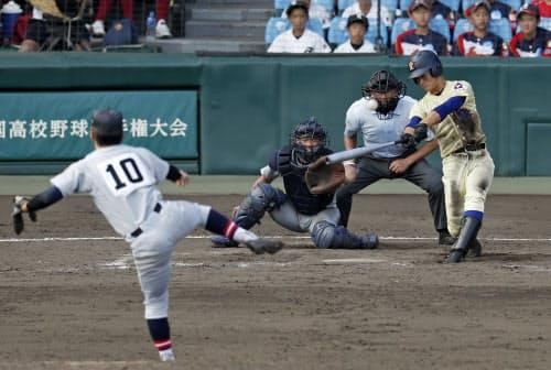 星稜―仙台育英 9回表星稜無死、内山が左越えに2打席連続となる本塁打を放つ。投手鈴木、捕手猪股(18日、甲子園)=共同