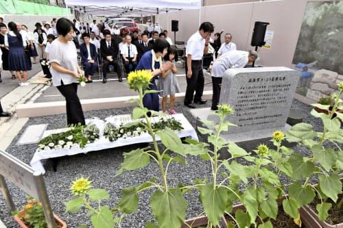 2014年8月の土砂災害から5年となるのを前に開かれた、住民主催の追悼式(18日、広島市安佐南区)=共同