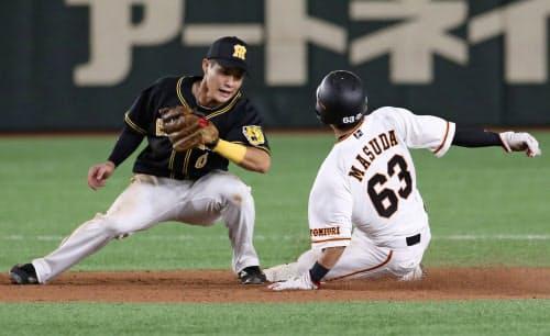 6回巨人無死一塁、打者小林のときに増田大が二盗。遊撃手木浪(18日、東京ドーム)=共同