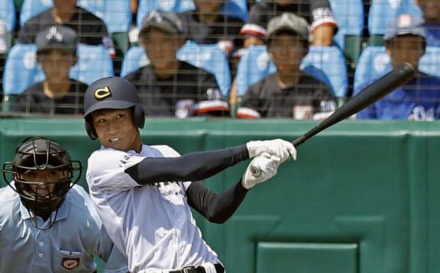 中京学院大中京―作新学院 8回裏中京学院大中京無死、元が左翼ポール際に逆転満塁本塁打を放つ(18日、甲子園)=共同