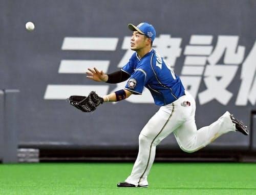 12回楽天2死一、二塁、渡辺佳の飛球を好捕する左翼手近藤(18日、札幌ドーム)=共同