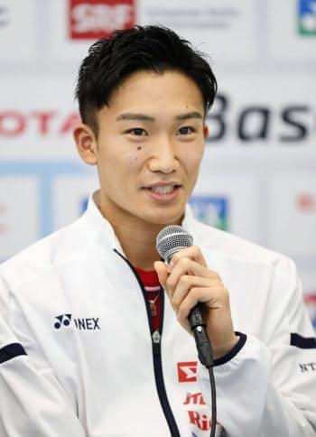 バドミントンの世界選手権開幕を前に、記者会見する男子シングルスの桃田賢斗(18日、バーゼル)=共同