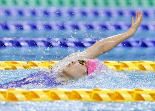 女子100メートル背泳ぎ決勝 1分0秒21で優勝した武南・酒井夏海(18日、熊本市総合屋内プール)=共同