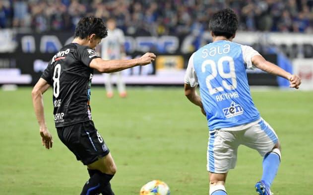G大阪―磐田 前半、先制ゴールを決めるG大阪・小野瀬=左(18日、パナスタ)=共同