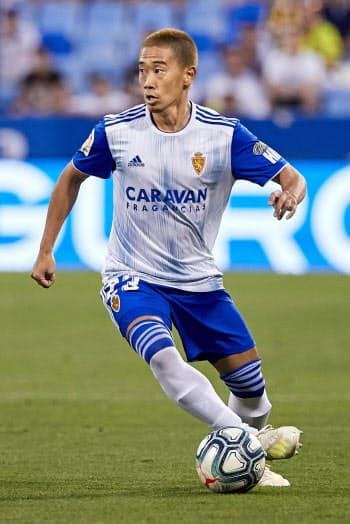 スペイン2部リーグ、テネリフェとの開幕戦でプレーするサラゴサの香川(17日、サラゴサ)=ゲッティ共同