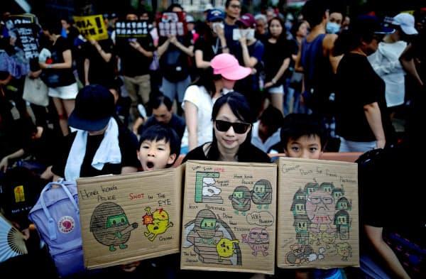 18日の香港のデモでは子ども連れの参加者も目立った=ロイター