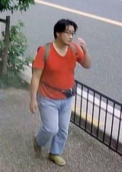 JR宇治駅付近の歩道で防犯カメラに映った青葉容疑者とみられる男(京都府宇治市)=共同