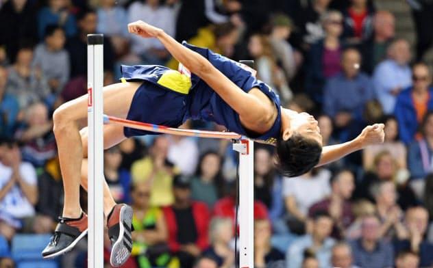 男子走り高跳び 2メートル19をクリアする戸辺直人(18日、バーミンガム)=共同