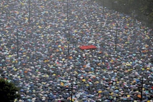 抗議活動の勢いは衰えておらず、収束の兆しはみえない(18日)=AP