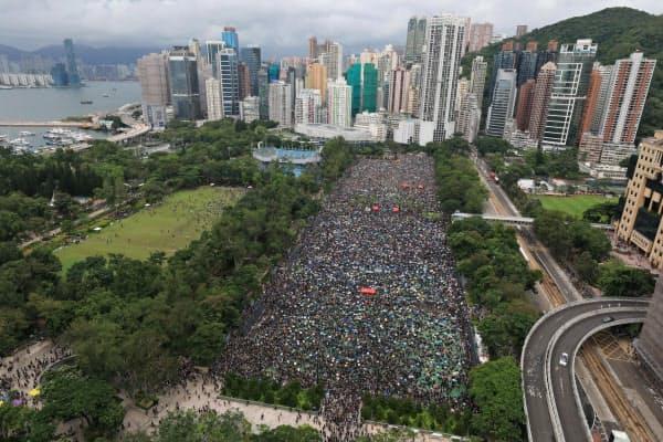 香港島のビクトリア公園で行われた抗議集会には多くの人が集まった(18日)=AP