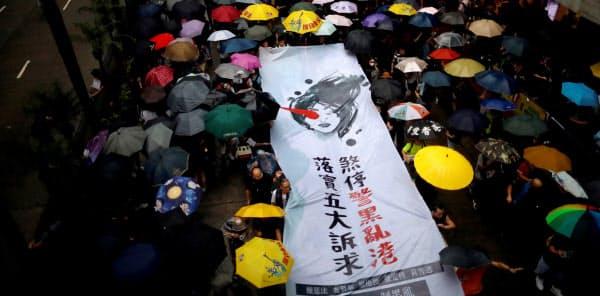 集会やデモ行進で参加者は「五大要求」を掲げた=ロイター