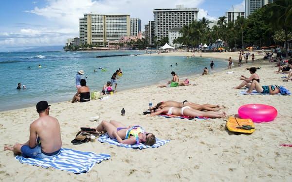 ハワイは21年から特定の化学物質を含む日焼け止めの販売を禁止する(ワイキキビーチ)=ロイター