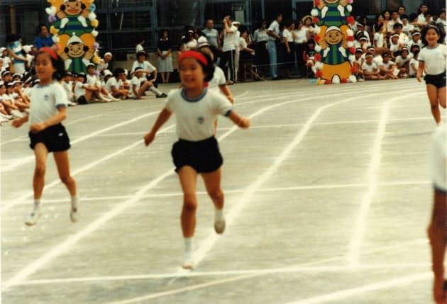 子供の頃から運動が大の得意だった(小学1年生の運動会で、左から2人目が本人)