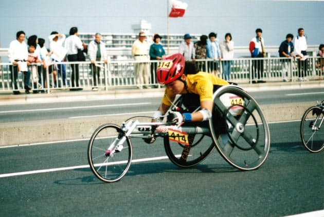 退院後は車いす陸上に取り組んだ(写真は1996年の大分国際車いすマラソン)
