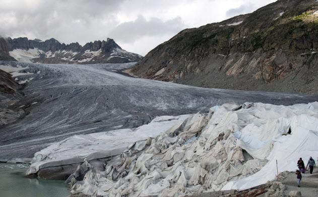 ローヌ氷河には巨大な断熱シートが覆われている