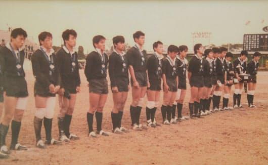 1984年1月の全国大会決勝で大分舞鶴は天理(奈良)に2点差で敗れた(写真は表彰式、左から4人目が安井社長)
