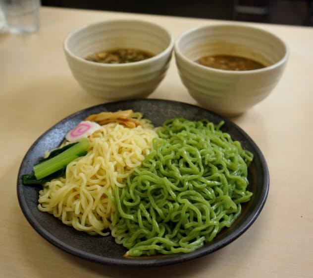 共同開発したミドリムシを練り込んだ麺(皿上の右半分)