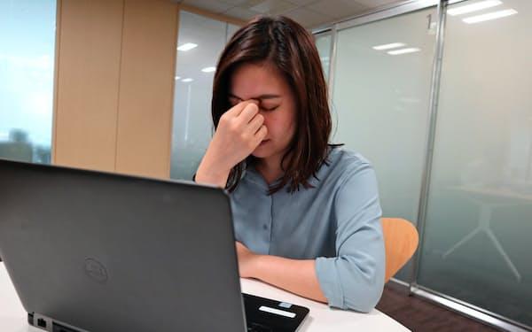 目の疲れを感じている女性