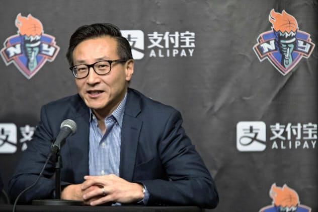 NBAネッツを買収するアリババ副会長の蔡崇信氏=AP