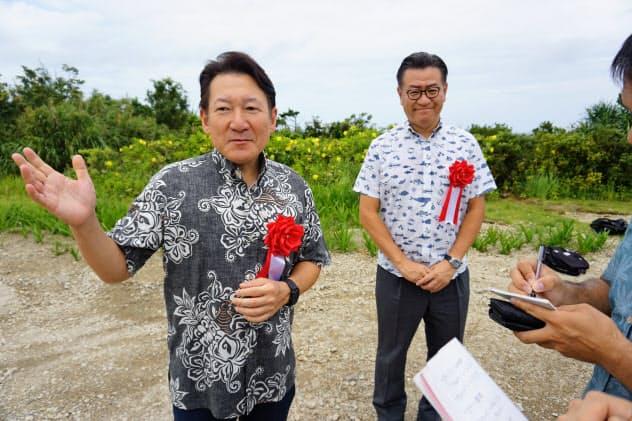 事業概要を説明するカトープレジャーグループの加藤友康代表取締役兼CEO(左)(19日、沖縄県恩納村)