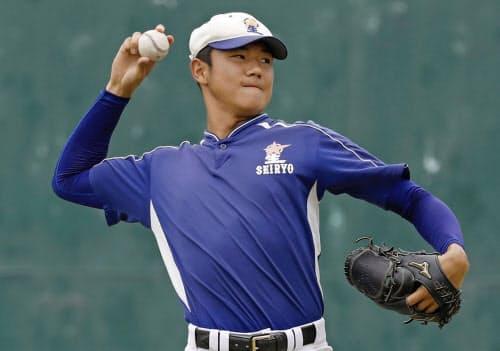 軽めのキャッチボールで調整する星稜・奥川(19日、兵庫県西宮市)=共同
