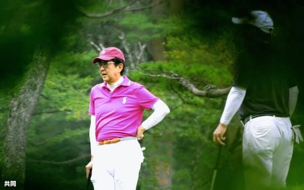 ゴルフを楽しむ安倍首相(19日午前、山梨県山中湖村)=共同
