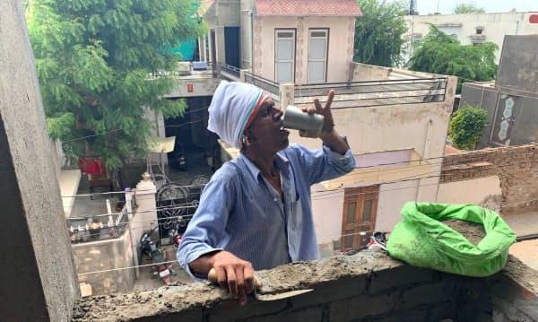 インド最高気温の50度を超えたチュル市では建設作業で日よけや給水が欠かせない