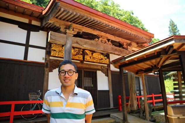 新潟県南魚沼市で古寺を改修した民宿を運営する黒岩揺光さん