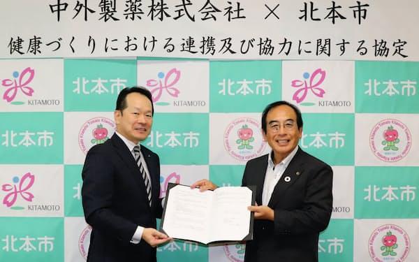 締結式に出席した北本市の三宮幸雄市長(右)と、中外製薬・埼玉支店の中井勝矢支店長(左)