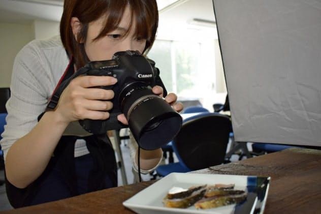 後藤さんは商品を自ら撮影する(6月14日、宮城県南三陸町)