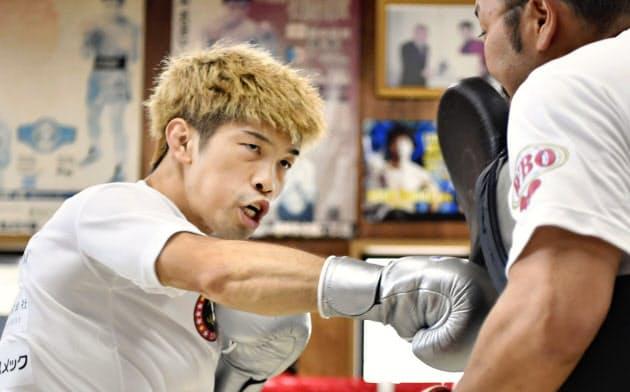 練習を公開したWBOフライ級王者の田中恒成(19日、名古屋市)=共同