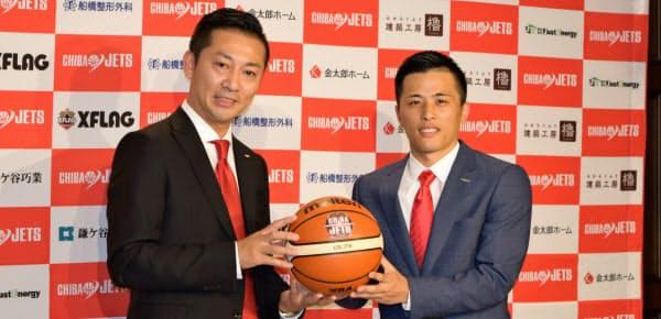 日本出身で初の1億円選手になった千葉ジェッツ・富樫(右)のお披露目は、Bリーグをあげて華々しく行われた