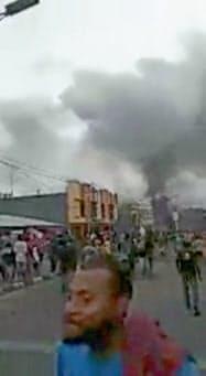 19日、インドネシア東部ニューギニア(パプア)島での暴動で炎上する建物(ソーシャルメディアの画像)=ロイター
