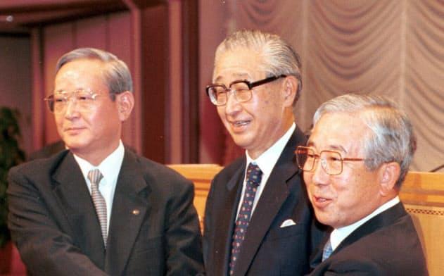 統合の会見後、握手する(右から)山本・富士銀、西村・興銀、杉田・第一勧銀の各頭取(1999年8月20日、都内、肩書は当時)