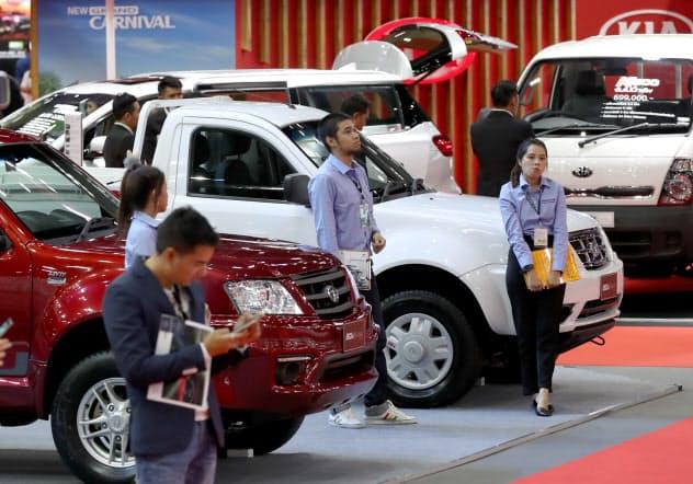 消費にも陰りが出てきた(16日、バンコクで開かれた自動車展示会)=石井理恵撮影