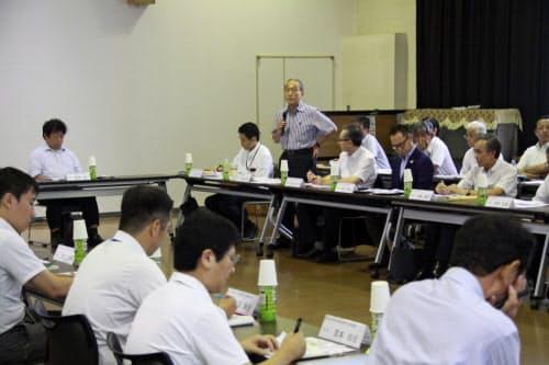 協議会で意見を述べる岡山電気軌道の小嶋社長(19日、岡山市)