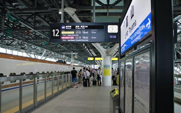 敦賀開業時は関西からの集客がカギを握る(北陸新幹線の富山駅)