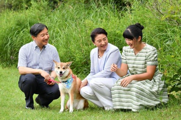 愛子さまの手にトンボが止まり、笑顔を見せる天皇、皇后両陛下と長女愛子さま(19日、栃木県那須町)=代表撮影