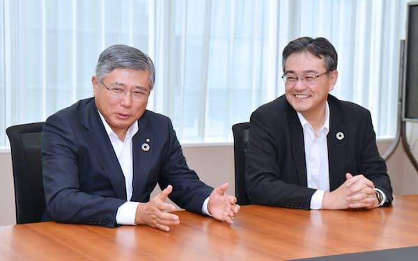 インタビューに応じる千葉銀行・佐久間頭取(左)と横浜銀行・大矢頭取(東京都中央区)