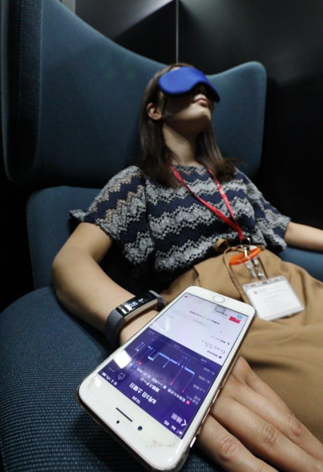 腕につけるデバイスを使っての睡眠状態計測や、疲れた時の仮眠など「眠活」を推奨する(東京都新宿区の損保ジャパン日本興亜ひまわり生命保険)